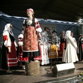 Kuningriigipäeval tutvustavad kuninga kandidaadid puki otsas seistes ennast ja oma tegemisi. Priit Palometsa foto